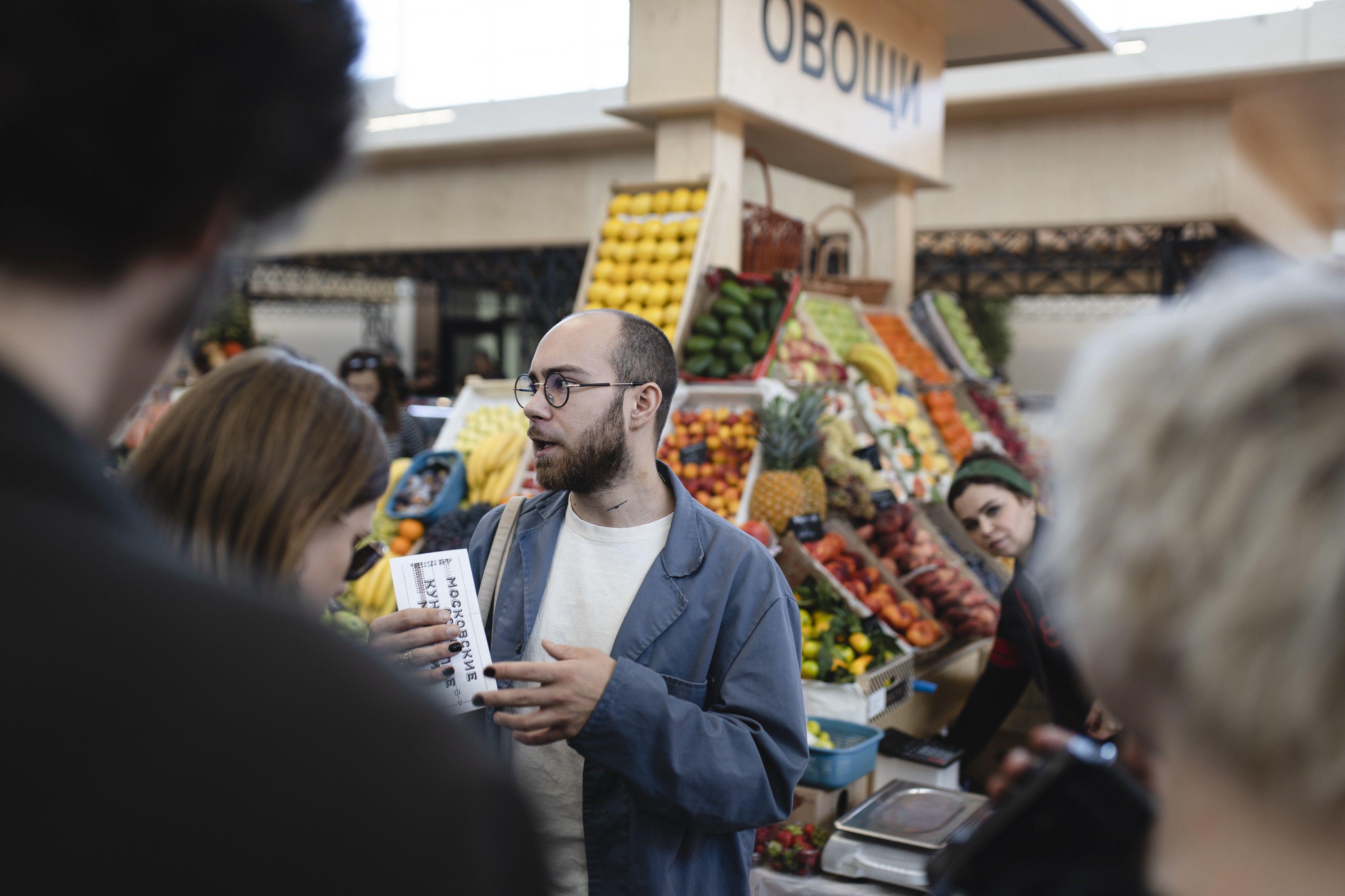 Никита Рассказов на Черемушкинском рынке во время «Кунстхалле» в Москве. Фото предоставлено Фондом V–A–C